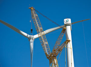 The General Electric-manufactured 1.5-mw turbines feature three-bladed rotors that are 252.6 ft long. The crane capacity allowed the contractor to make lifts despite winds that often exceeded 22 mph.