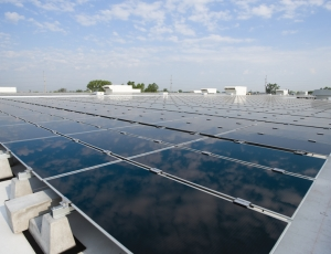 First Solar�s manufacturing plant in Mesa will have a 3-MW rooftop solar array to generate power, similar to this one atop the company�s Perrysburg, Ohio plant.